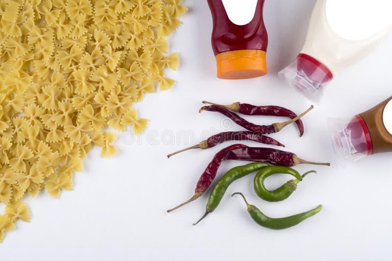 Bolonais de Fettuccine de pâtes avec la sauce tomate dans la cuvette blanche Vue supérieure photo libre de droits