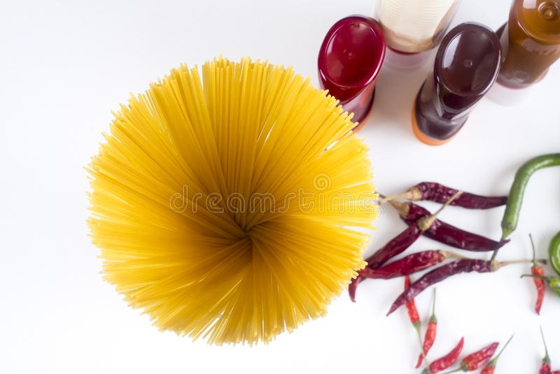 Bolonais de Fettuccine de pâtes avec la sauce tomate dans la cuvette blanche Vue supérieure image stock