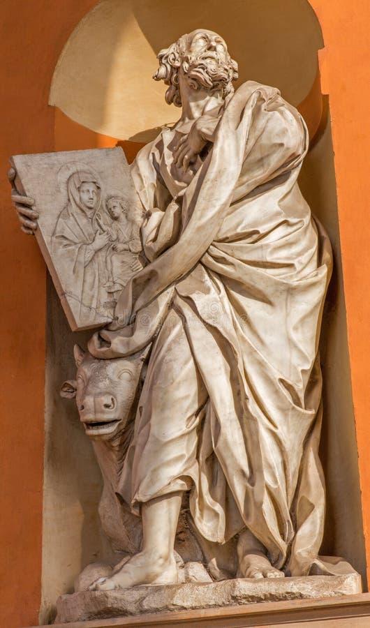Bolonha - estátua barroco de St Luke o evangelista do portal ocidental de di San Luca de Madonna do della de Chiesa da igreja fotos de stock royalty free