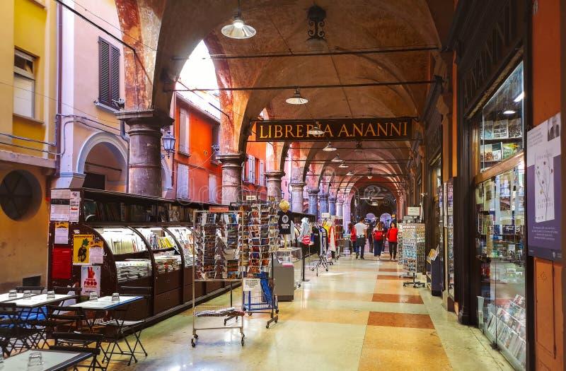 Bolonha Itália - biblioteca antiga de Nanni da loja de livros dentro através de De Musei sob a arcada de Morte do della do pórtic fotos de stock royalty free