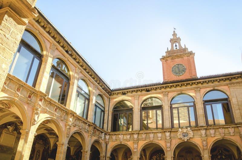 Bolonha, Itália, o 14 de agosto de 2016: O pátio do Archiginnas imagens de stock royalty free