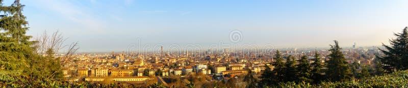 Bolonia, Italia 7 de enero de 2019: Panorama de Bolonia por la mañana imagen de archivo