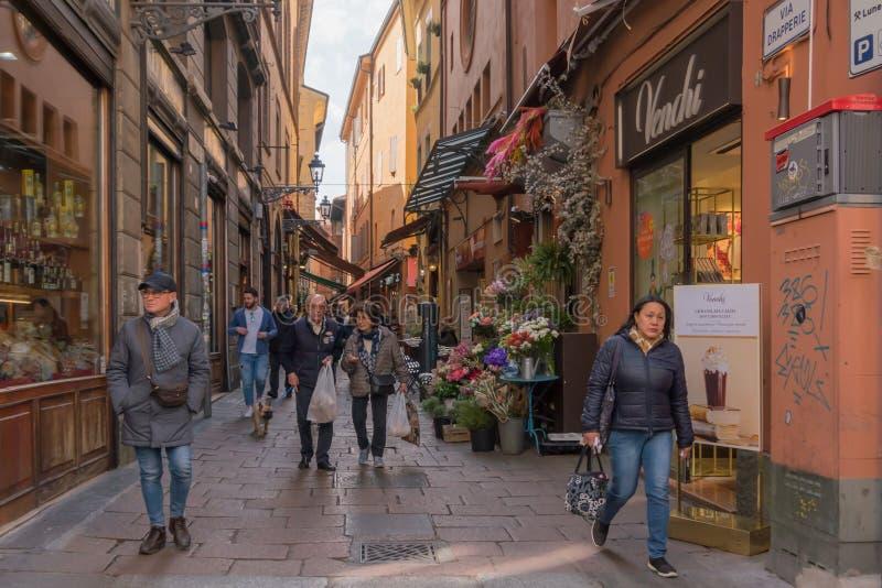 Bolonia: visión hacia la pequeña calle hermosa Drapperie, Italia, marzo de 2019 fotos de archivo libres de regalías