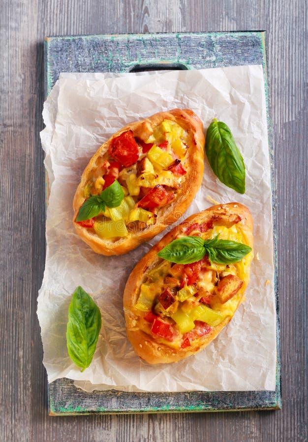 Bolos com enchimento da galinha, do tomate, da pimenta e do queijo imagem de stock royalty free