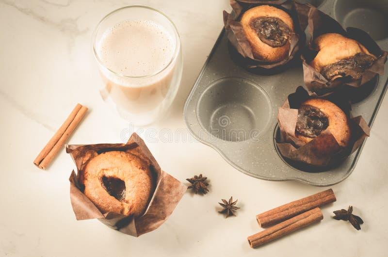 Bolos com enchimento de um chocolate e cappuccino/pastelarias caseiros: bolos com vidro do enchimento e do cappuccino de um choco imagens de stock