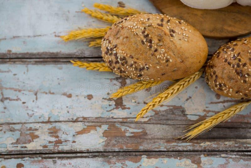 Bolos com grões do trigo imagem de stock