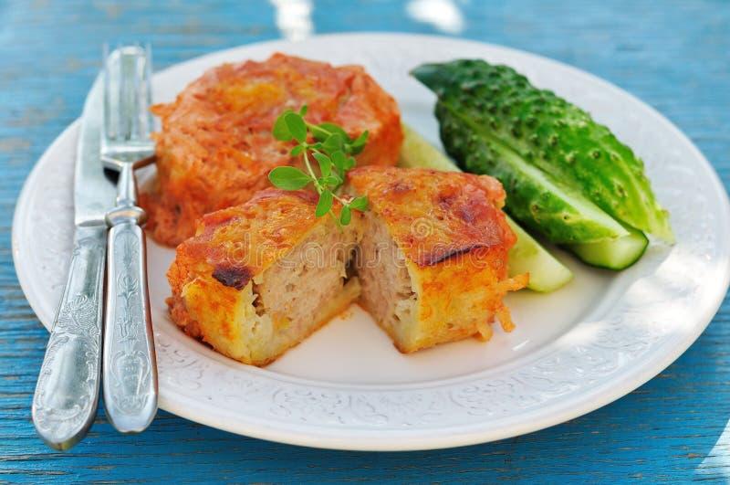 Bolos cozidos da batata enchidos com a carne triturada (kolduny), culinária Belorussian fotografia de stock