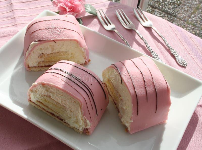 Bolos da princesa com maçapão e creme cor-de-rosa imagem de stock royalty free