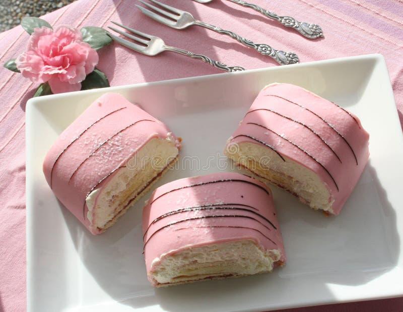 Bolos da princesa com maçapão e creme cor-de-rosa imagens de stock