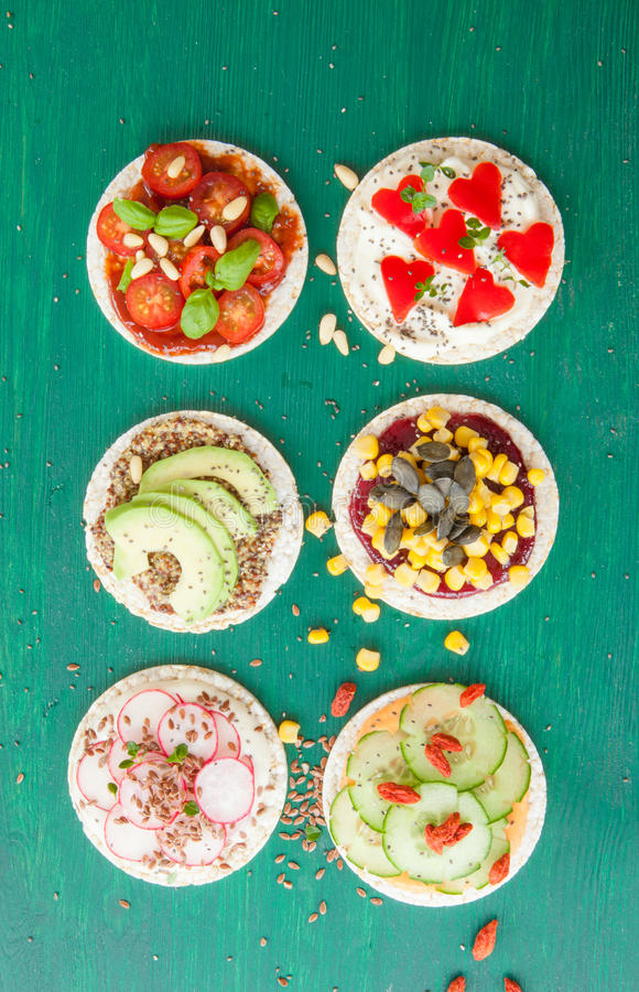 Bolos de arroz com vegetarianos frescos foto de stock royalty free