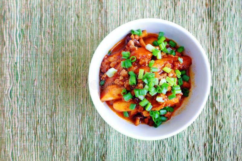 Bolos de arroz coreanos picantes com molho imagens de stock royalty free