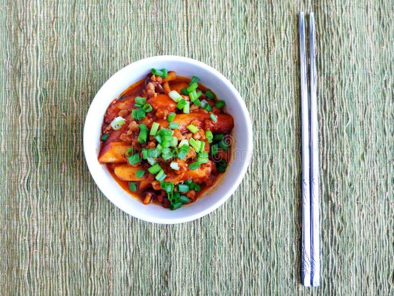 Bolos de arroz coreanos picantes com molho fotos de stock royalty free