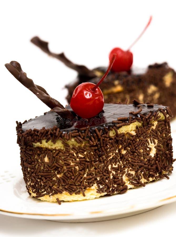Bolos de chocolate com cereja imagens de stock