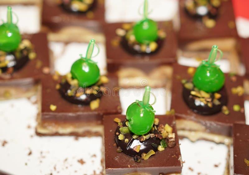 Bolos de chocolate deliciosos em um bufete aberto fotografia de stock