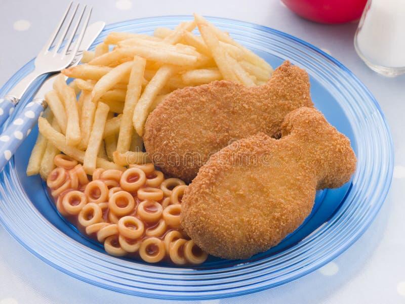 Bolos de peixes com aros e microplaquetas do espaguete fotografia de stock royalty free