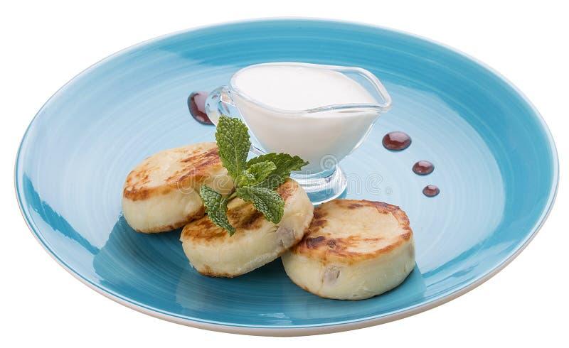 Bolos de queijo do caf? da manh? com creme de leite em uma placa azul fotos de stock royalty free