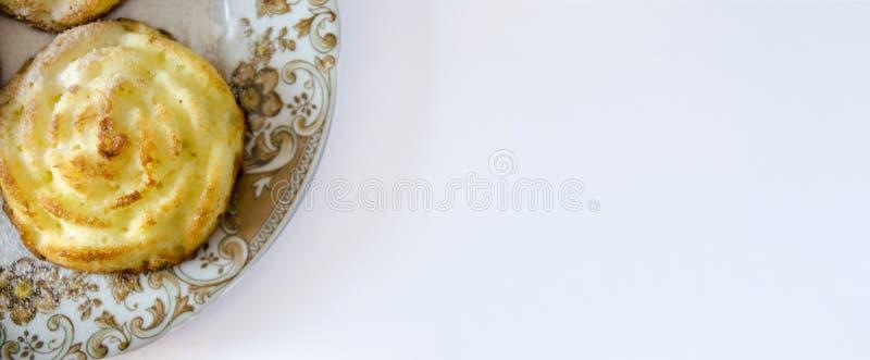 Bolos de queijo individuais sob a forma das flores foto de stock
