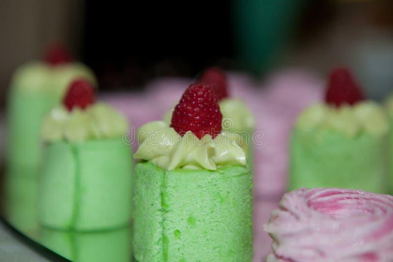 Bolos do verde decorados com amendoins imagem de stock