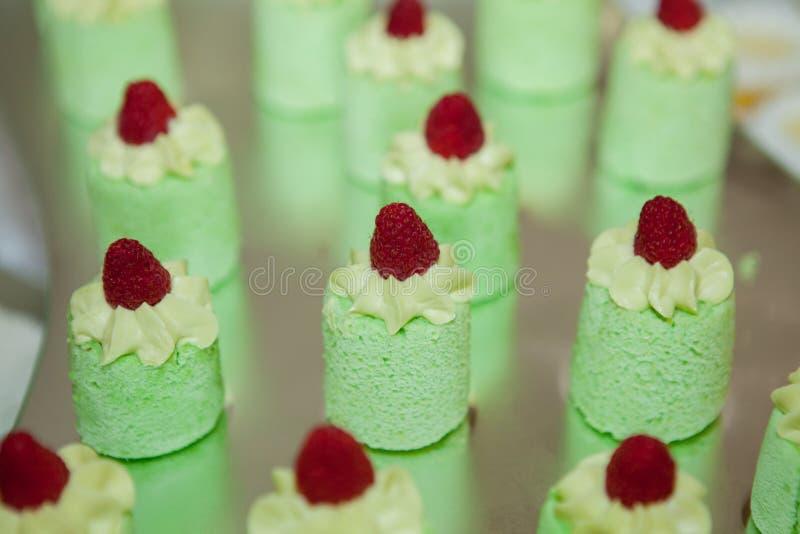 Bolos do verde decorados com amendoins imagens de stock royalty free
