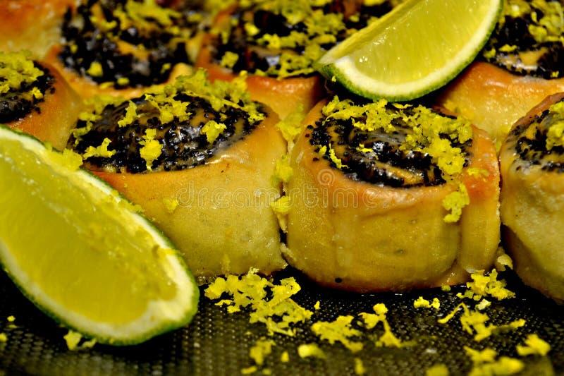 Bolos doces com lyme e papoila imagem de stock