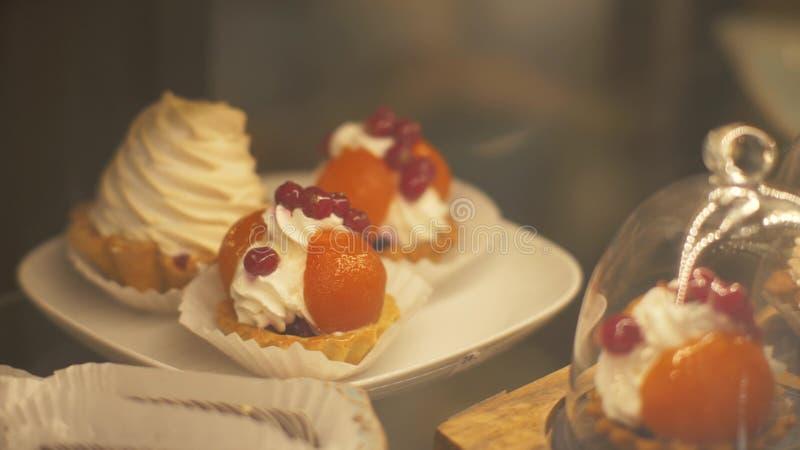 Bolos doces diferentes no fim do café da padaria acima Bolos dos confeitos na loja dos doces fotografia de stock