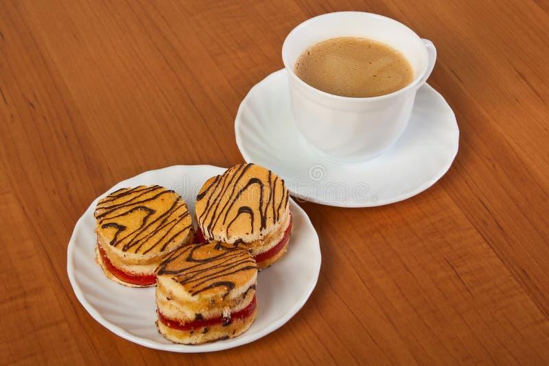 Bolos e chávena de café. imagem de stock royalty free