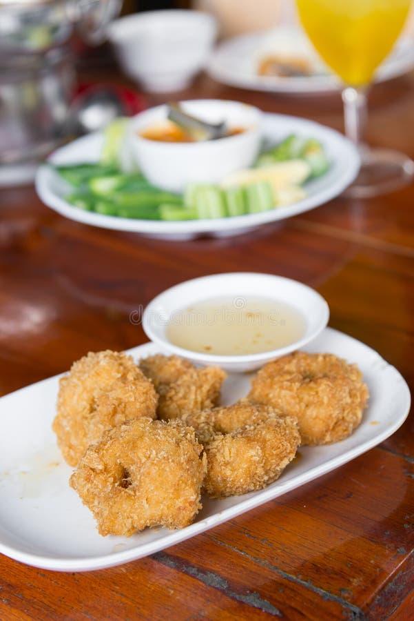 Bolos fritados do camarão, servido no prato branco e servido com interruptor fotos de stock