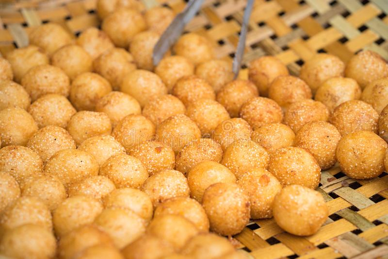 Bolos fritados glutinosos em bolos fritados baskGlutinous na cesta Foodet da rua de Hanoi Alimento da rua de Hanoi fotos de stock