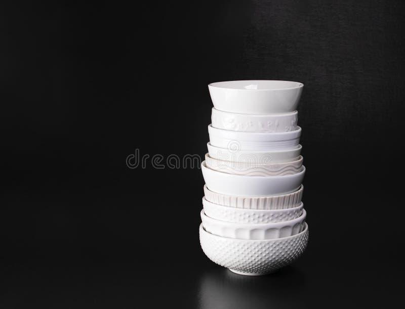 Bols de soupe texturisés blancs empilés photographie stock libre de droits