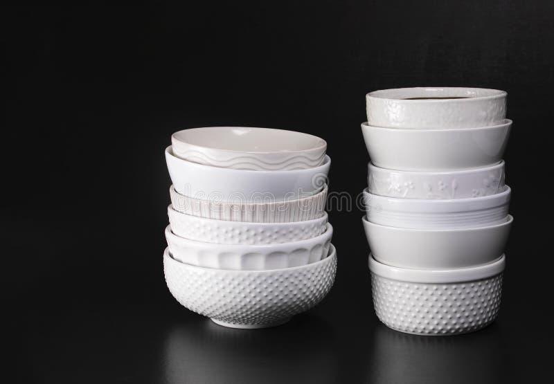 Bols de soupe texturisés blancs empilés photo stock