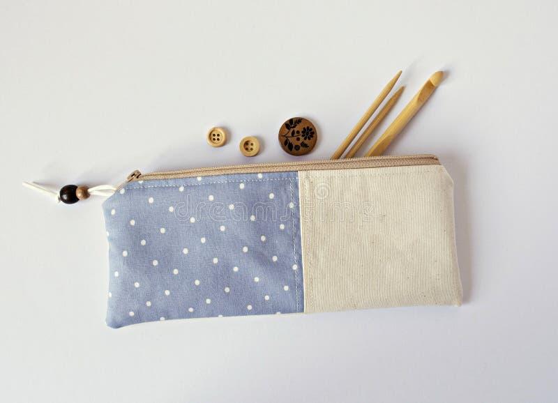 Bolsa azul hecha a mano de la noción de la tela fotografía de archivo libre de regalías