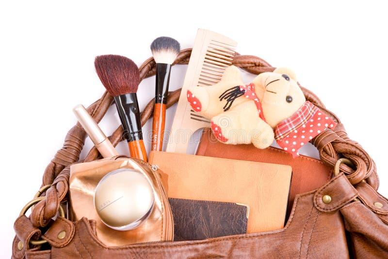 A bolsa com cosméticos e brinca um urso imagens de stock