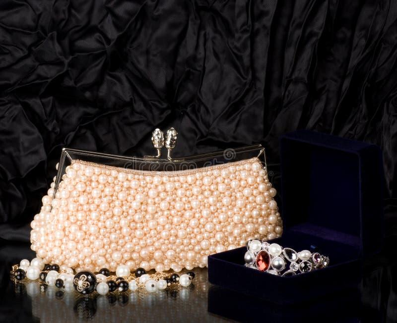 Bolsa com jóia da pérola imagem de stock