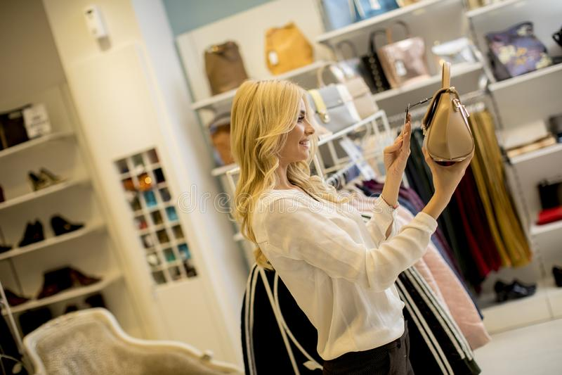Bolsa da compra da jovem mulher na loja foto de stock royalty free