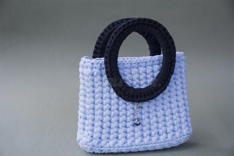 A bolsa das mulheres com punhos foto de stock