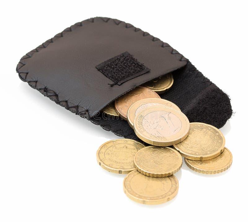Bolsa de couro feito a mão da moeda da mudança da carteira com as moedas do EURO isoladas no fundo branco com reflexão da sombra  foto de stock