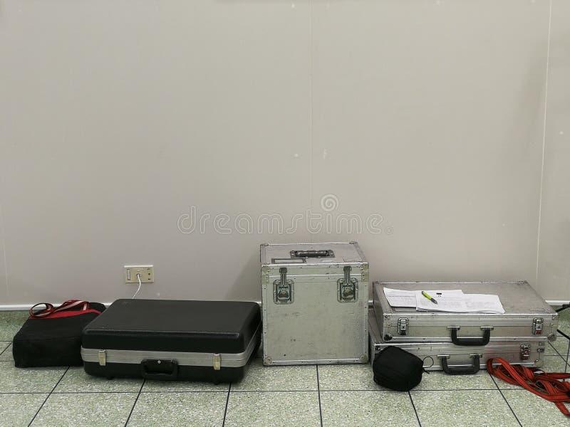 Bolsa de herramientas para la calibración en el cuarto fotos de archivo