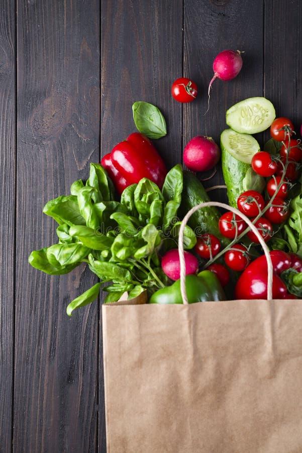 Bolsa de papel de diversa comida sana imagen de archivo libre de regalías