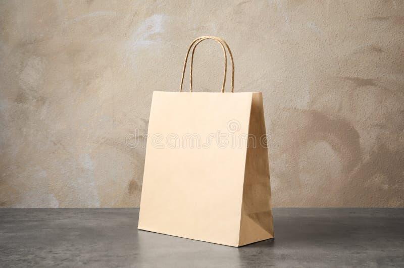 Bolsa de papel en la tabla fotografía de archivo libre de regalías