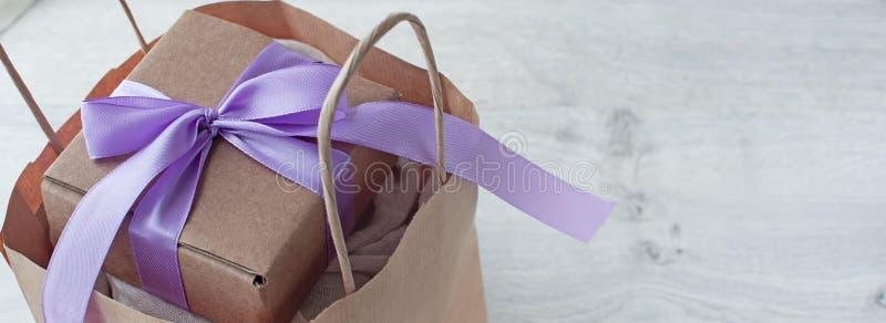 Bolsa de papel de la bandera y caja de regalo fotografía de archivo libre de regalías