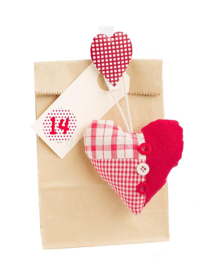 Bolsa de papel para el día de tarjetas del día de San Valentín 14 con el corazón fotos de archivo