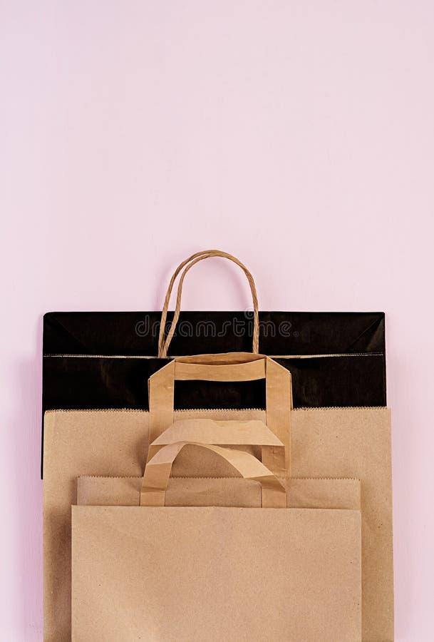 Bolsa de papel reciclable de Differents en fondo rosado Eco que recicla concepto Visi?n superior fotos de archivo