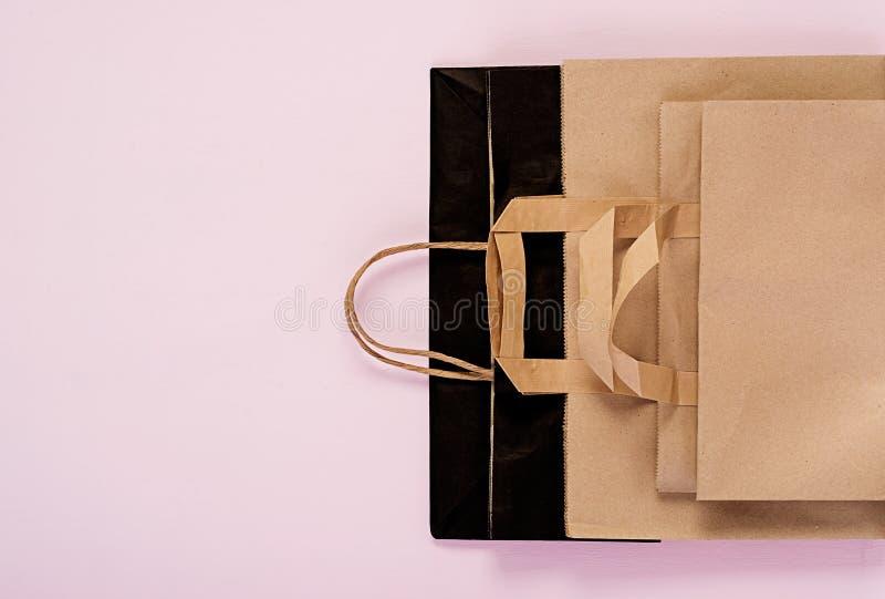 Bolsa de papel reciclable de Differents en fondo rosado Eco que recicla concepto Visi?n superior imagenes de archivo