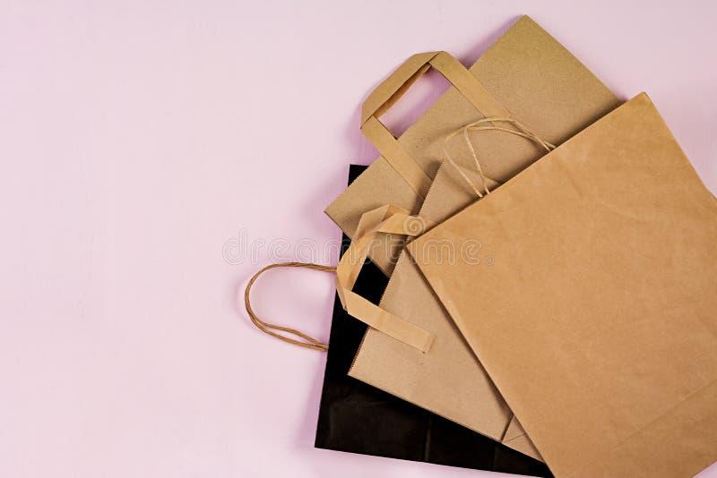 Bolsa de papel reciclable de Differents en fondo rosado Eco que recicla concepto Visi?n superior foto de archivo libre de regalías