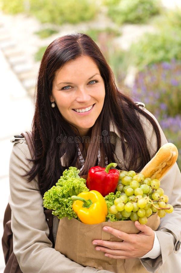 Bolsa de papel sonriente de los ultramarinos de las verduras de las compras de la mujer imagen de archivo libre de regalías