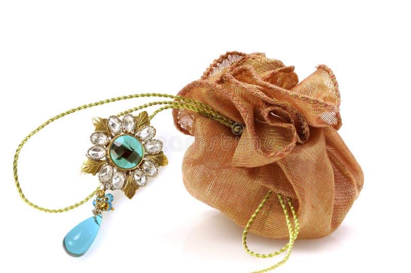 Bolsa del regalo con la broche del diamante imagenes de archivo