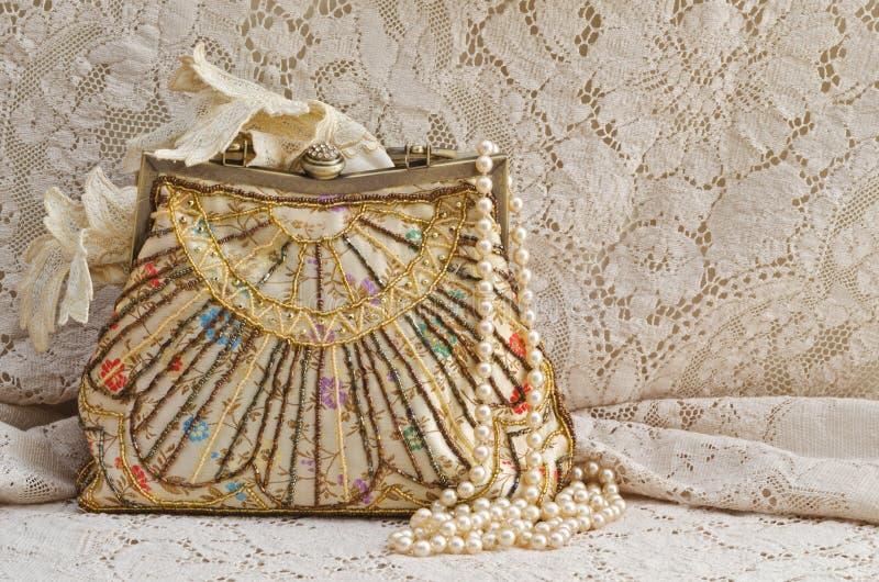Bolsa e pérolas do vintage fotografia de stock royalty free