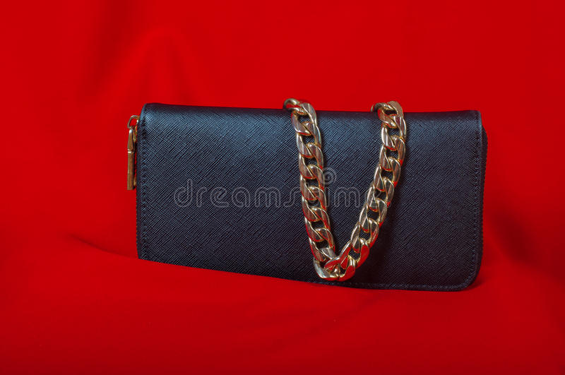 Bolsa e uma colar no fundo vermelho fotografia de stock royalty free