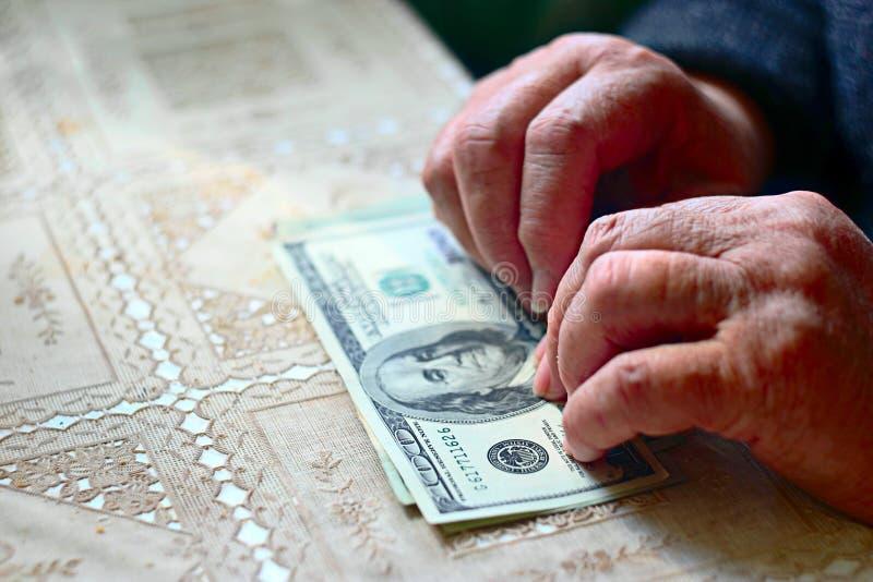 Bolsa leve Mulher superior com cem notas de dólar, foco seletivo, imagem tonificada foto de stock royalty free