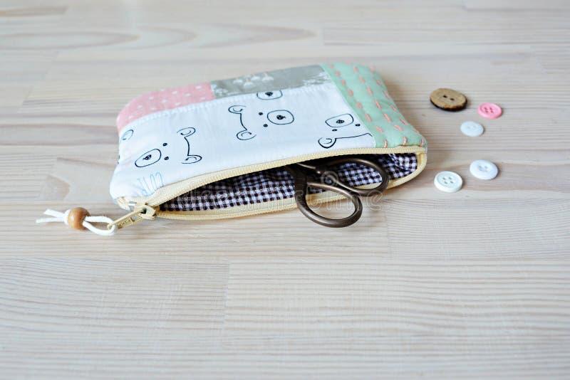 Bolsa linda de la cremallera con los osos, las tijeras retras y los botones blancos foto de archivo libre de regalías